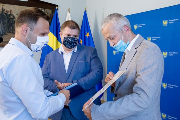 Uroczyste wręczenie umów z udziałem wicemarszałka Wojciecha Kałuży oraz dyrektora ŚCP Krzysztofa Spyry, UMWSL