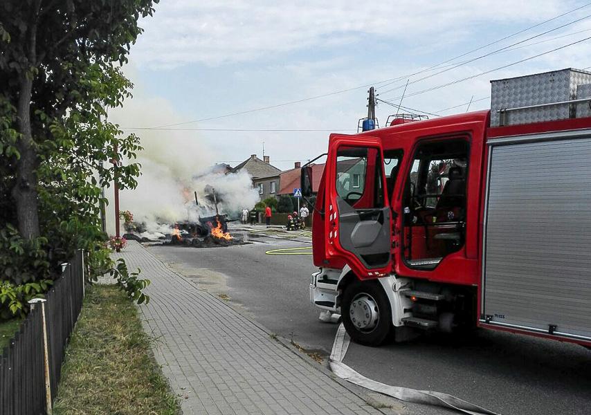Strażacy mają pełne ręce roboty: Pożar przyczepy traktora, piorun uderzył w stodołę
