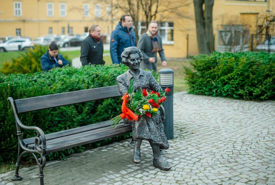 Odsłonięcie pomnika - ławeczki Elwiry Kamińskiej