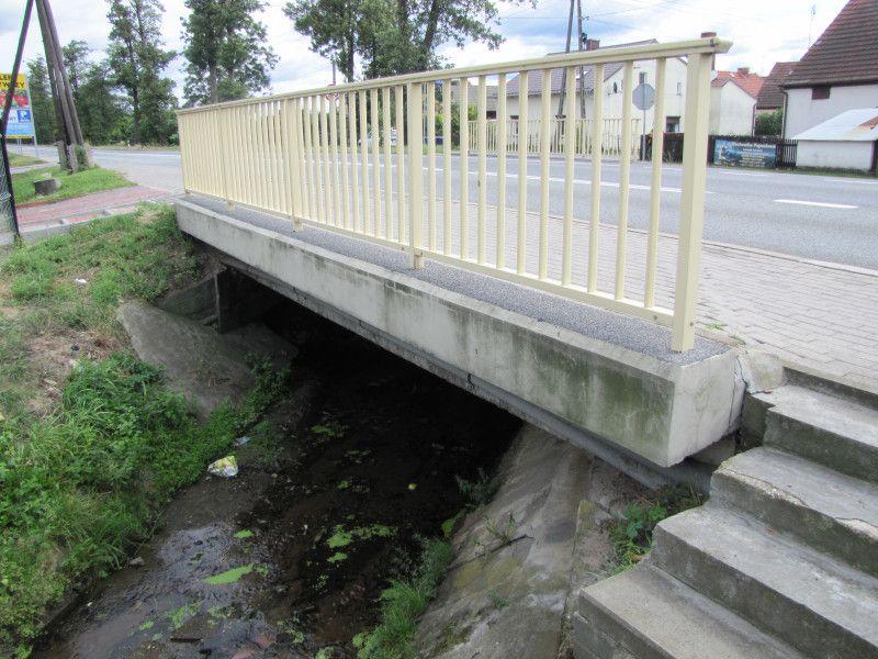 zdjęcie remontowanego mostu z ciekiem wodnym