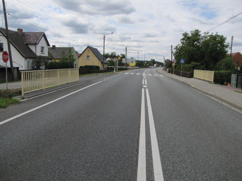zdjęcie mostu w kierunku Opola, w tle widać przejście dla pieszych z fotoradarem, który znajduje się w miejscowości Grodziec