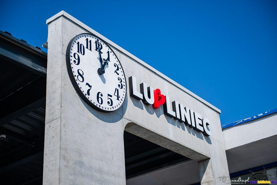 Łuk przed dworcem, z zegarem i napisem Lubliniec. Ponad 100 letni zegar z nieistniejącego czerwonego budynku - Szpital Psychiatryczny