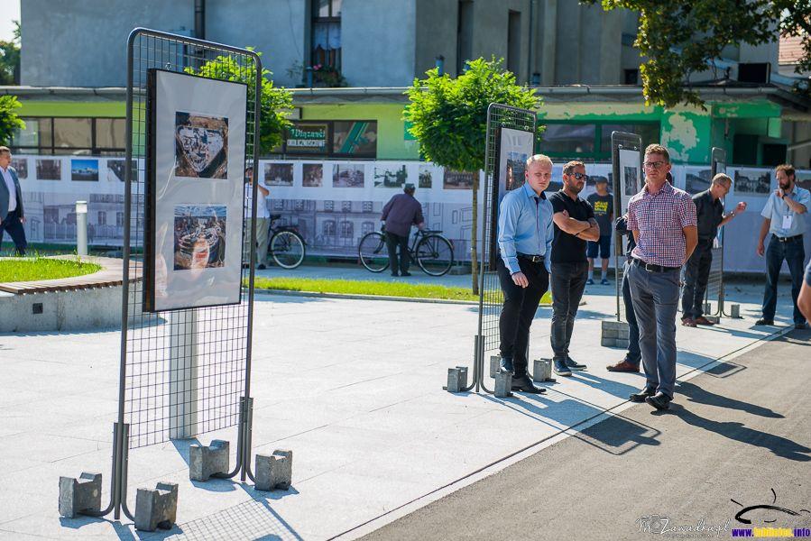 Wystawa fotografii z etapów budowy centurm przesiadkowego
